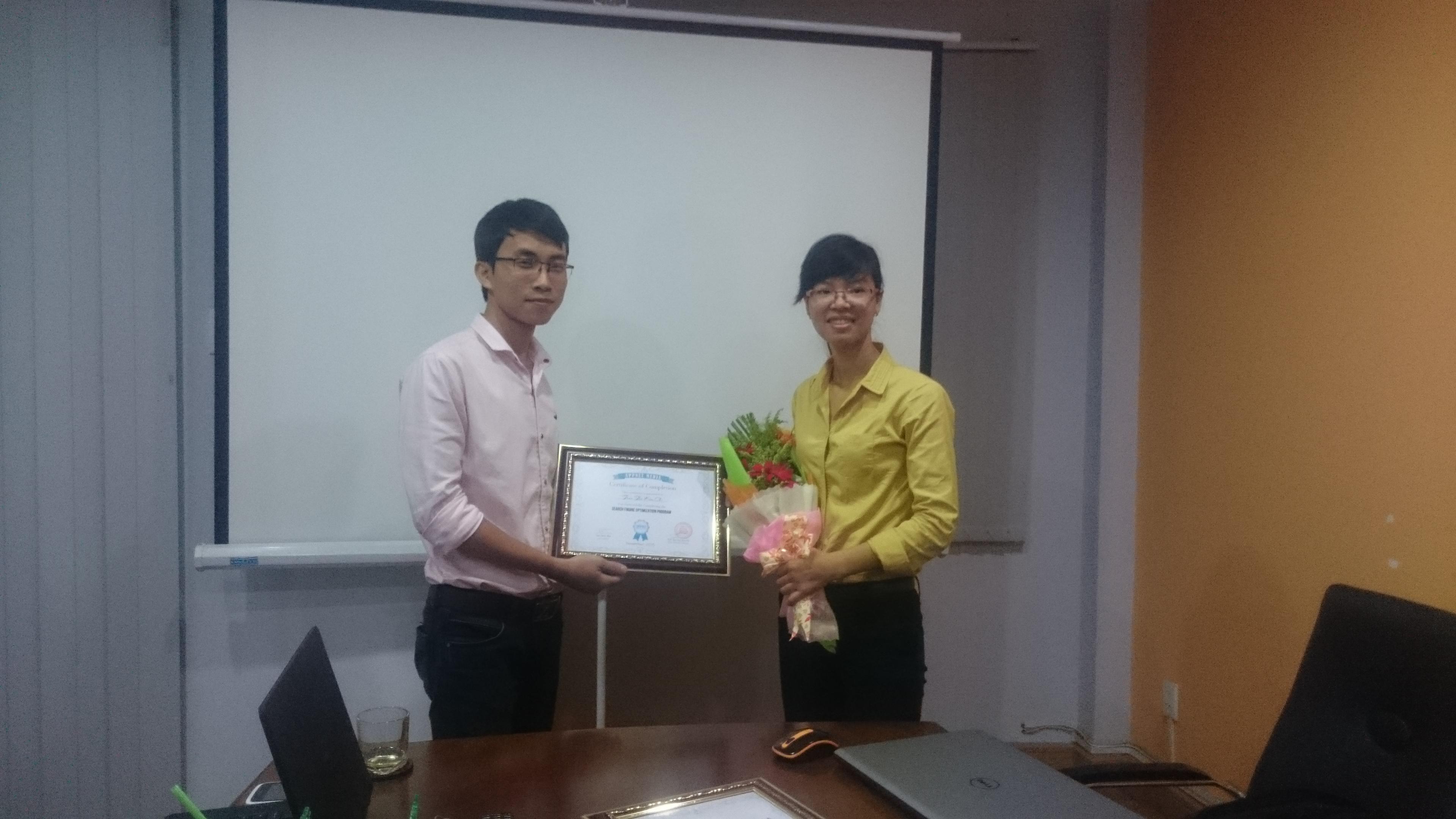 Bạn Chi Trần nhận chứng nhận hoàn thành khóa học