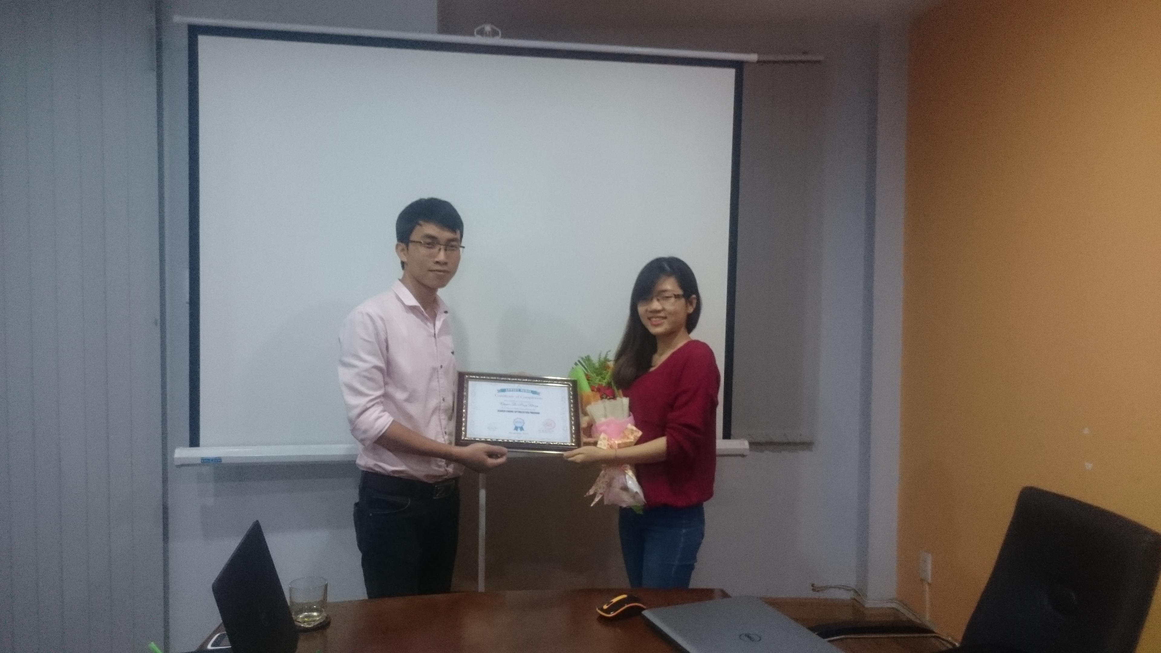 Bạn Nhung Nguyễn nhận chúng nhận hoàn thành khóa học SEO tại APPNET