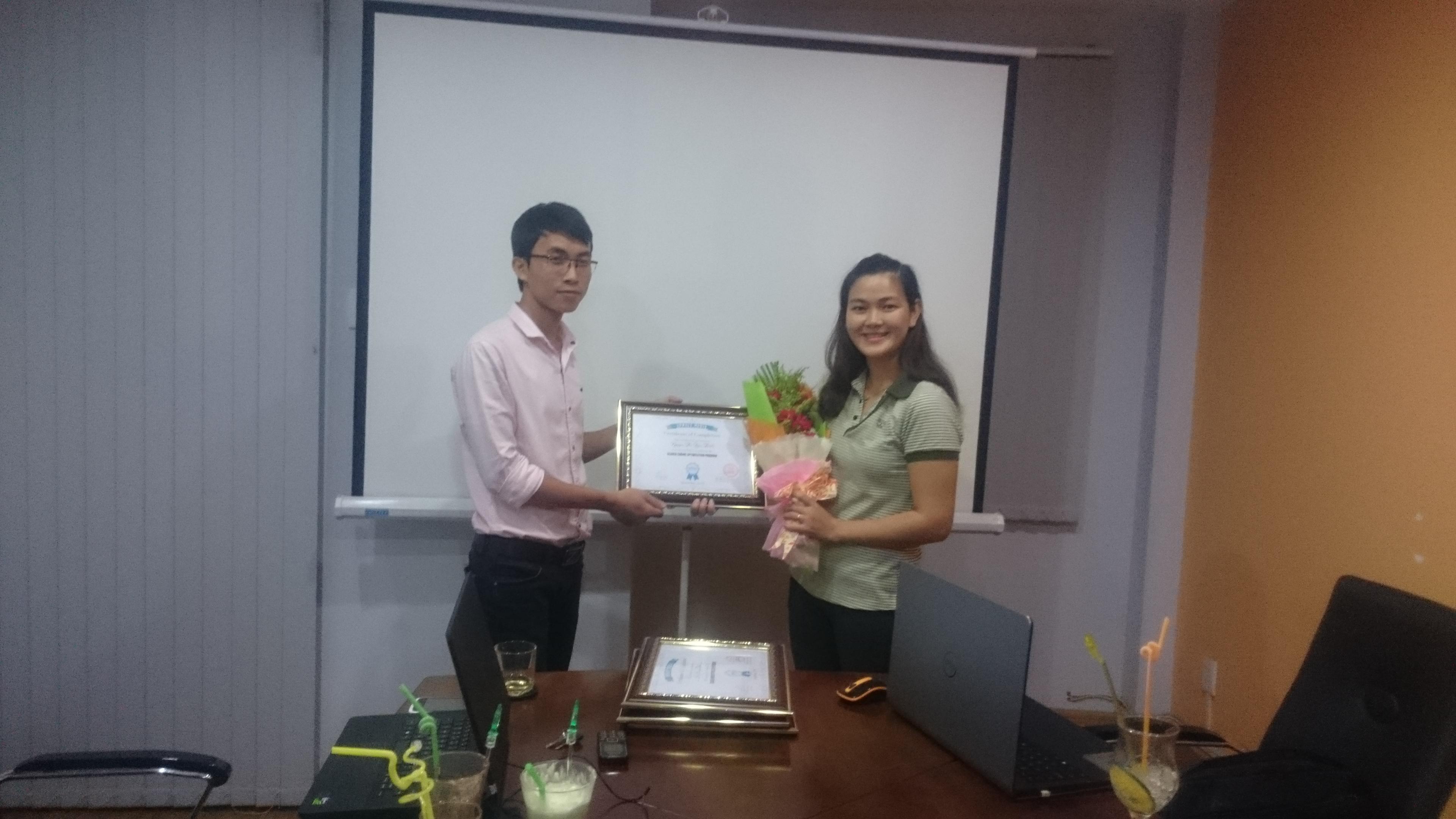 Bạn Trinh nhận chứng nhận hoàn thành khóa học SEO tại APPNET