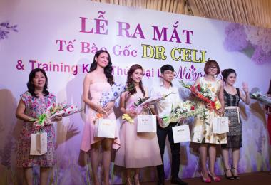 Tặng hoa và quà lưu niệm cho khách mời