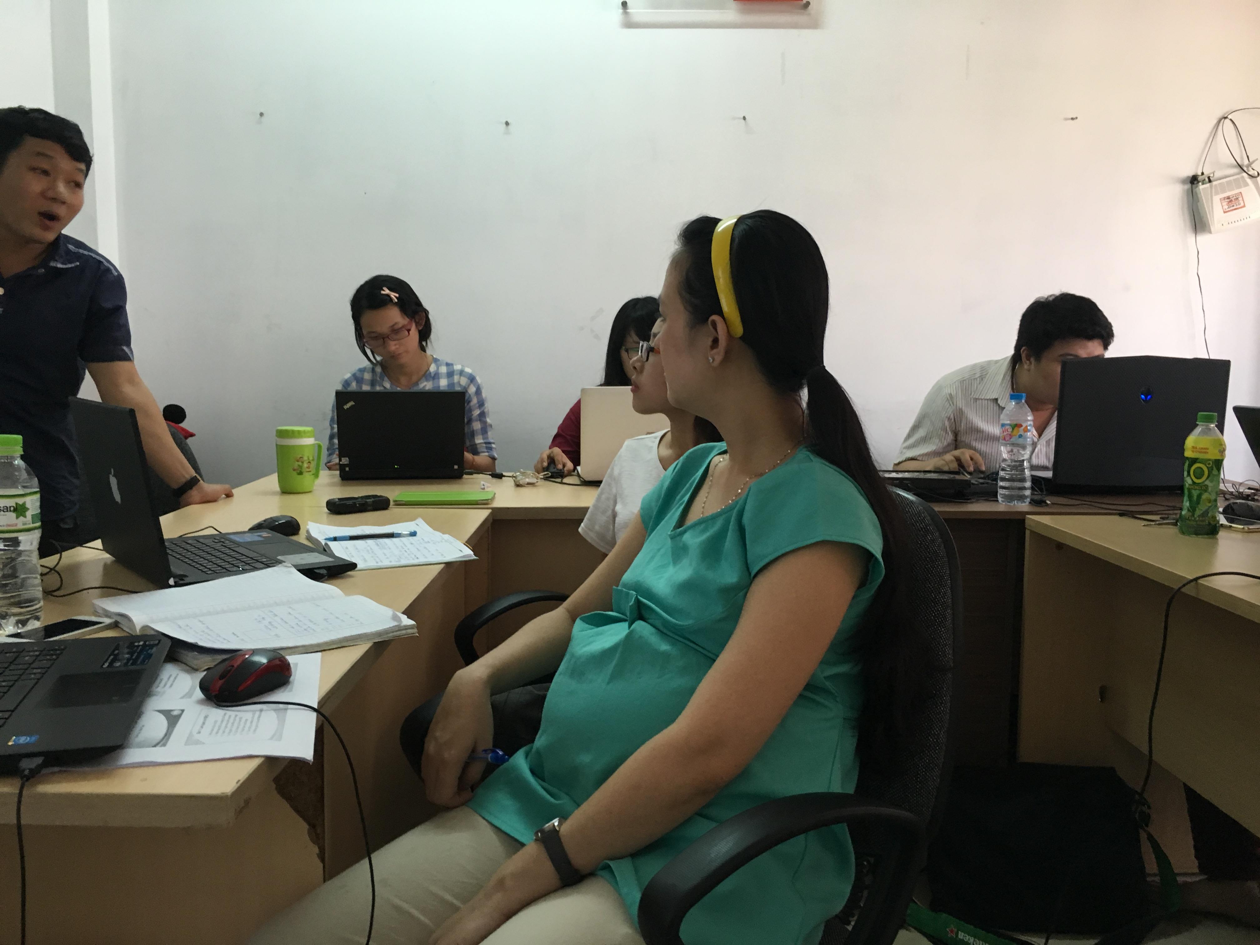 Chị Linh mặc dù đang có bầu nhưng vẫn tham gia khóa học SEO đầy đủ