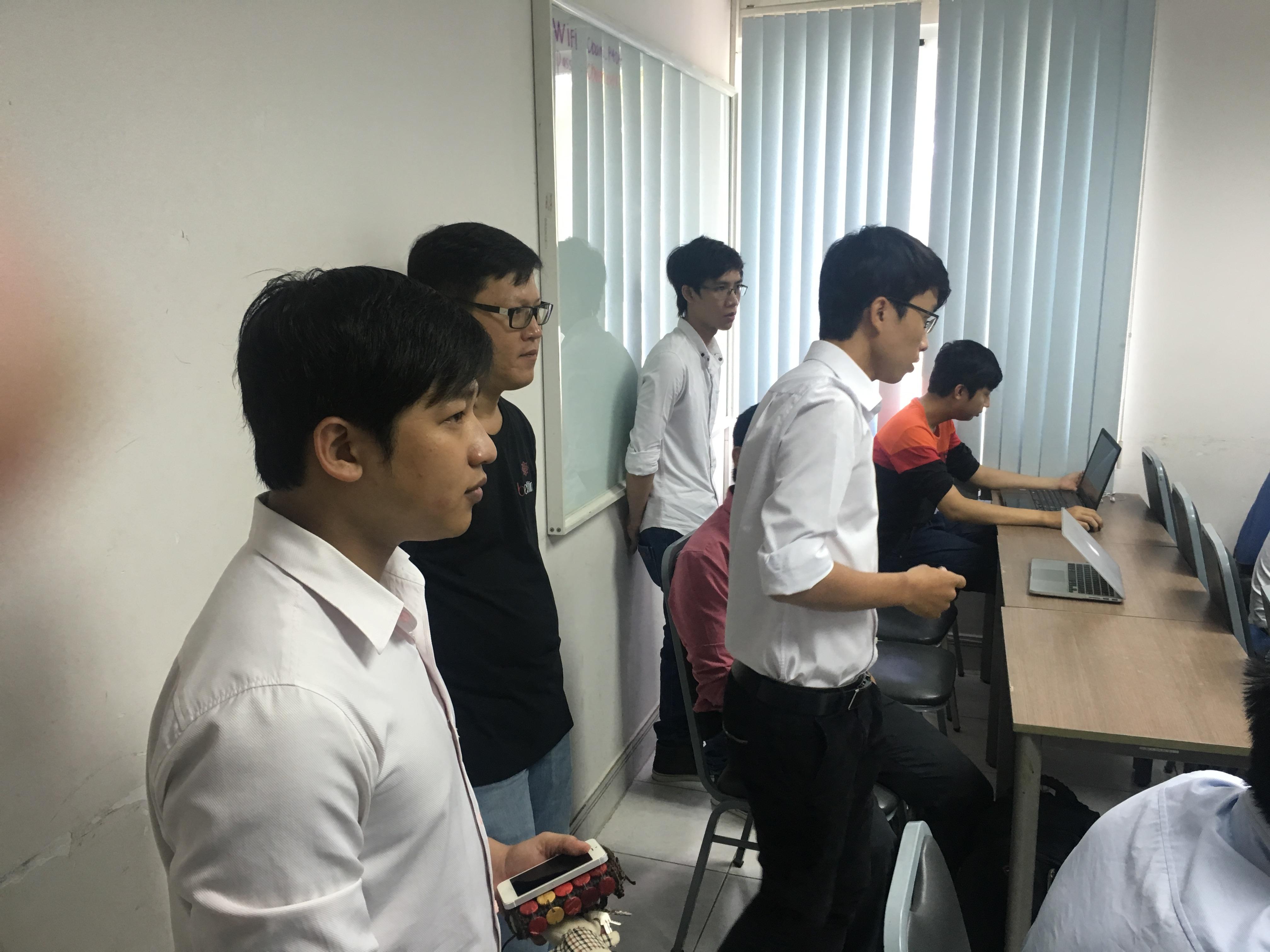 Hỗ trợ học viên thực hành trong giờ học
